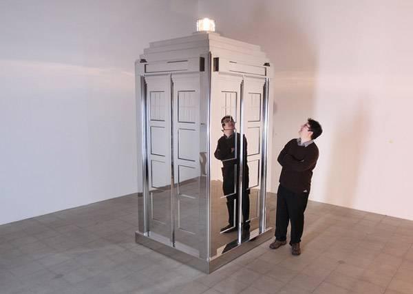 Mirror Tardis, une oeuvre d'art qui reflète l'espace et le temps