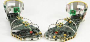 Tes tongs bien geek réalisées à partir de composants électroniques.