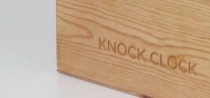 Knock Clock : Une horloge dans un cube en bois qui vous frappe l'heure