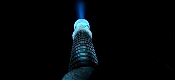 Star Wars : Le plus grand sabre laser de tous les temps sur la BT Tower de Londres