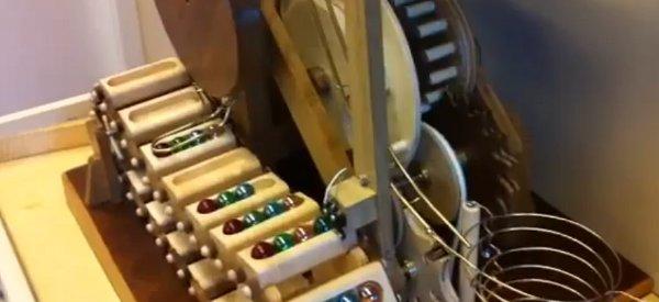Un incroyable machine qui trie les billes selon leur couleur