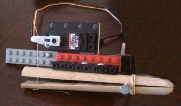 un copieur de cd autonome fabriqu avec des lego et arduino semageek. Black Bedroom Furniture Sets. Home Design Ideas