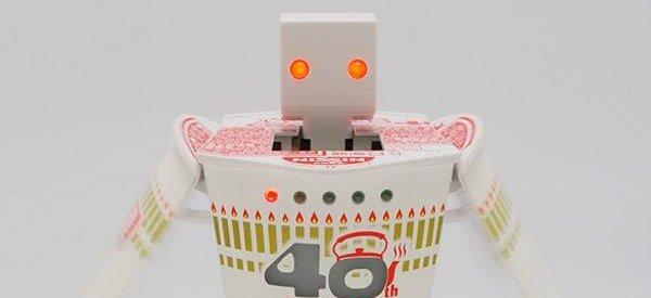 Un robot Transformers qui se cache dans un bol de nouilles instantanées