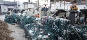En Chine, on recycle les vieilles guirlandes de Noël en pantoufles…