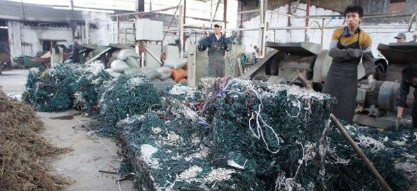 En Chine, on recycle les vieilles guirlandes de Noël en pantoufles...