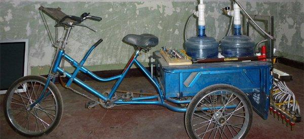 Un tricycle qui permet de faire des graffitis en calligraphie chinoise avec de l'eau