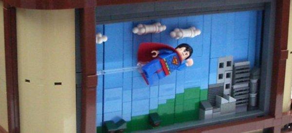 Les aventures de Superman sur un téléviseur en LEGO