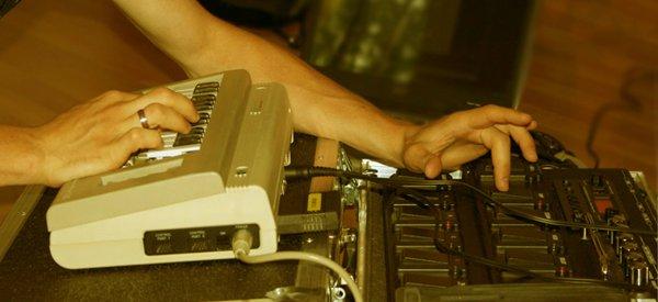 LukhaSh : Un musicien qui mixe live avec un Commodore 64