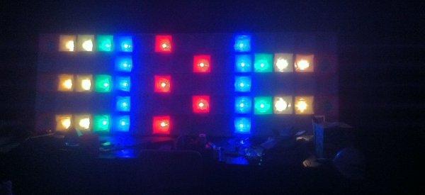 Un HackerSpace réalise un mur de LED avec des guirlandes électriques