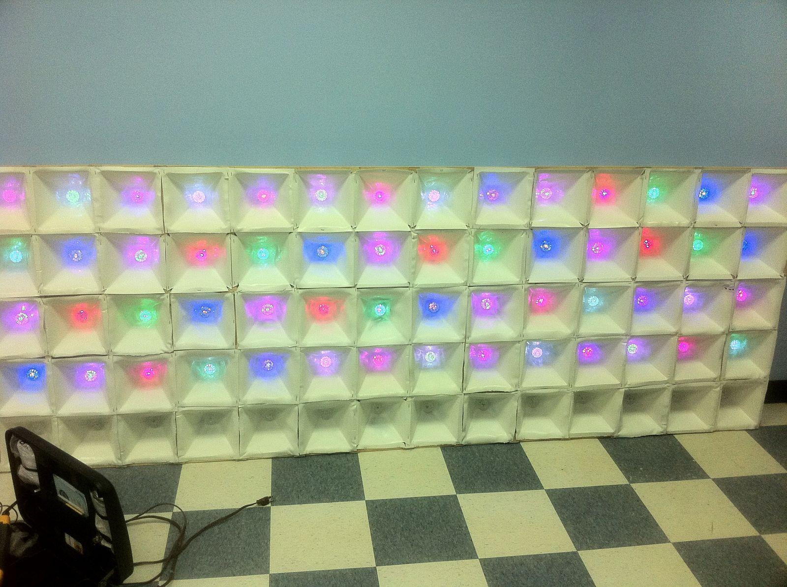 un hackerspace r alise un mur de led avec des guirlandes lectriques semageek. Black Bedroom Furniture Sets. Home Design Ideas