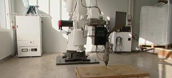 Un robot qui imprime des chaises en recyclant de vieux réfrigérateurs