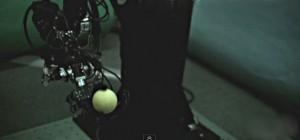 Un bras robotisé capable de jongler avec deux balles à la fois.