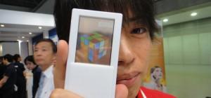 Un prototype de téléphone Android avec écran transparent et tactile sur les deux faces