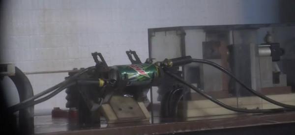 Video : Une explosion de boites de soda traversées par de la haute tension