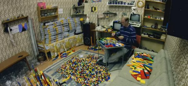 Tu sais pas quoi faire ? T'as qu'à trier des millions de LEGO par couleur !