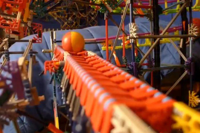 Clockwork : Une incroyable machine réalisé à partir de K'nex et de balles