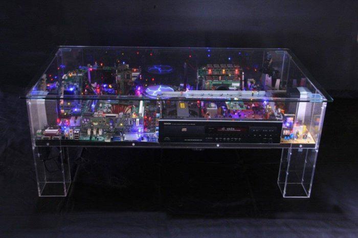 Electri-City : Une magnifique table basse réalisée avec des pièces d'ordinateurs