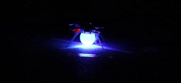 Un essaim de 49 quadrocoptères réalise réalise un show synchronisé