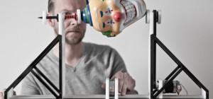 Un instrument de musique qui transforme les objets en fréquences sonores