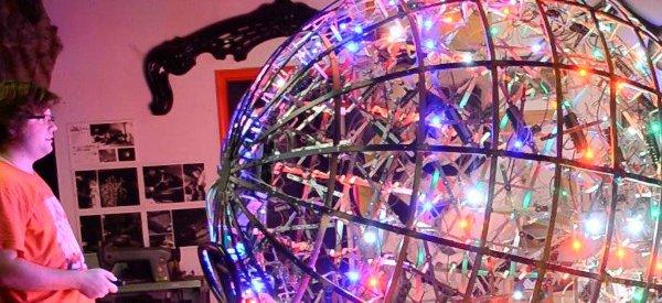 Une sphère géante illuminée par des LED RGBW qui réagit à la musique