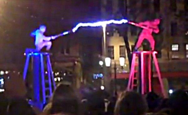 Highlander IRL : Deux hommes se combattent sur des bobines Tesla