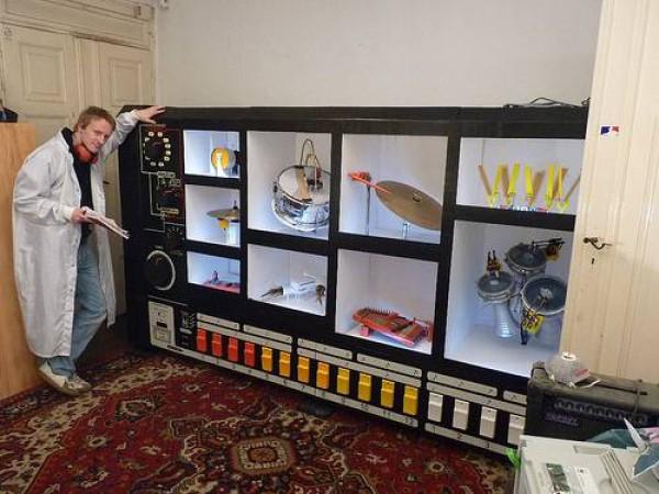 MR-808 : une version batterie robotisée de la boite à rythme Roland TR-808