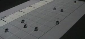 Un essaim de robot qui jouent une partition de piano