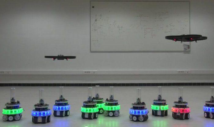 Un essaim de robot qui s'aide d'un AR drone pour optimiser ses mouvements