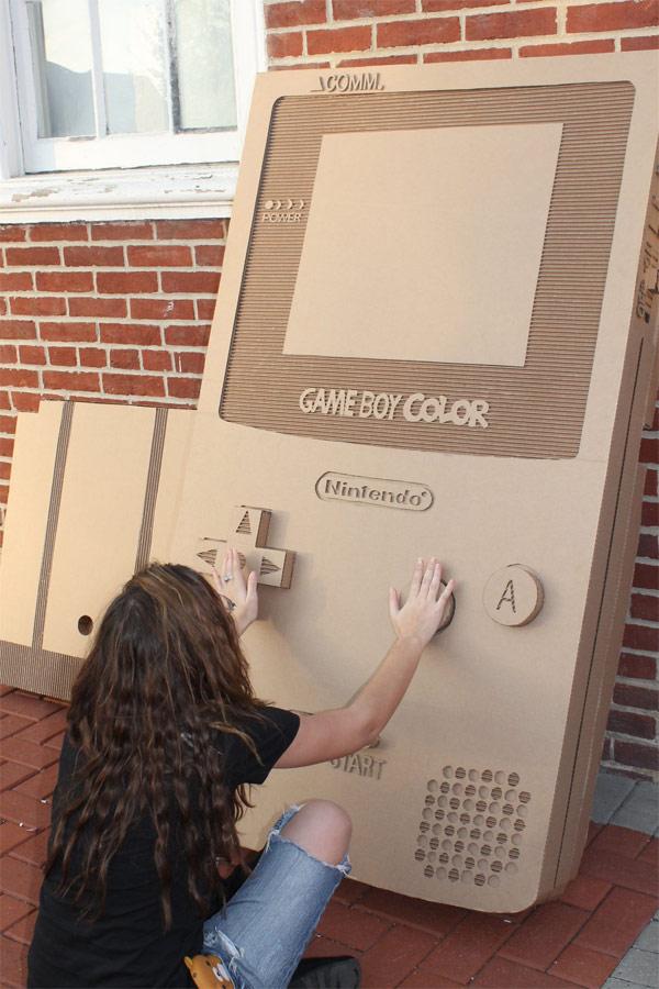 un game boy color en carton a taille humaine 01 Une Game Boy Color en carton à taille humaine