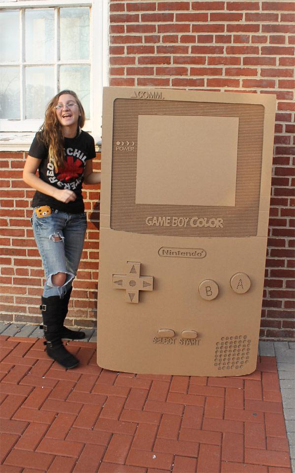 un game boy color en carton a taille humaine 02 Une Game Boy Color en carton à taille humaine