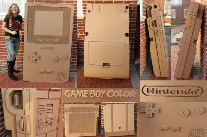 Une Game Boy Color en carton à taille humaine