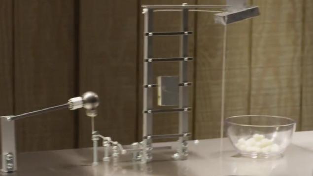 Une machine de Rube Goldberg qui défie les lois de la gravité