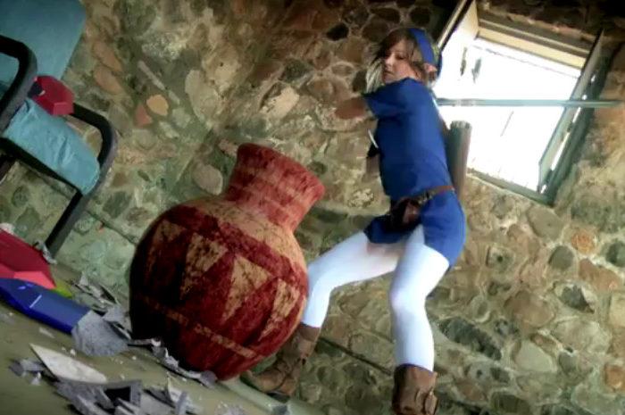 Vidéo : Lindsey Stirling interprète Link qui casse des pots