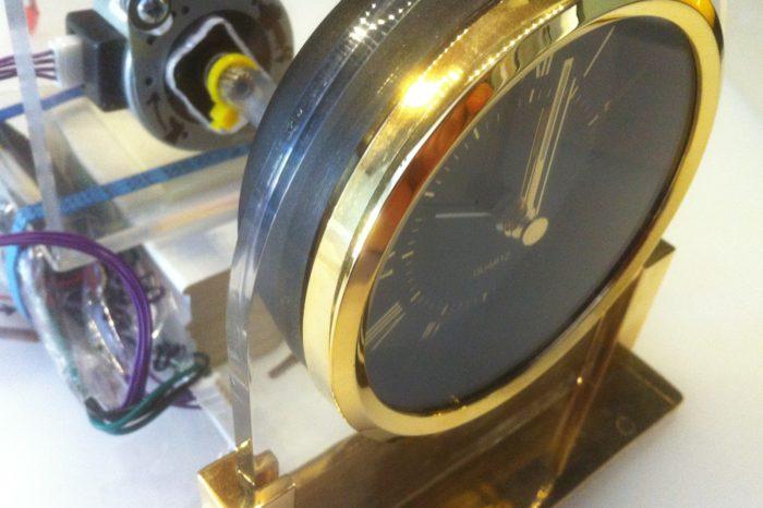 Hack : Transformer une horloge analogique en voltmètre