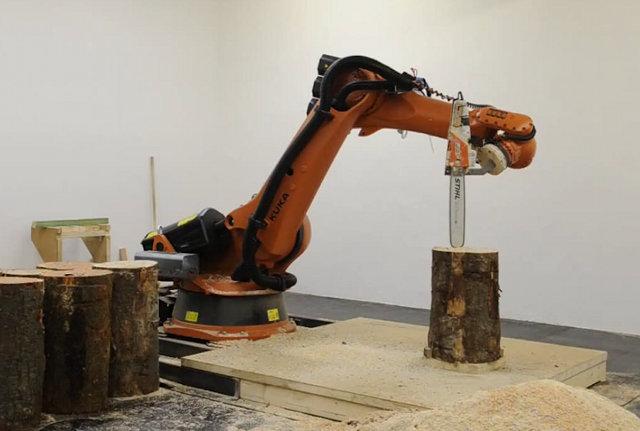 Un bras robotisé qui sculpte le bois avec avec une tronçonneuse