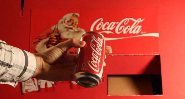 diy-une-machine-distributrice-de-coca-cola-fabrique-en-carton