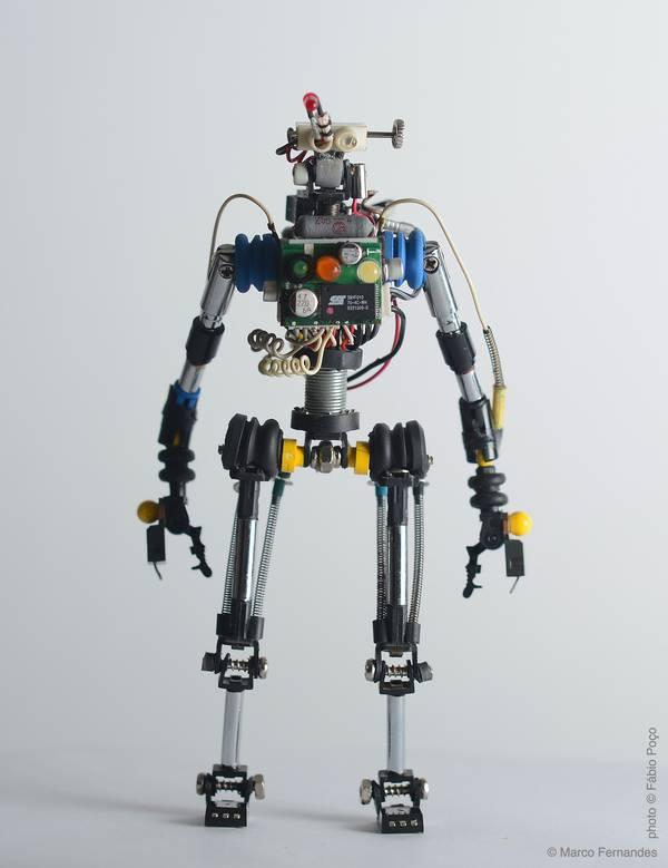 project-r3bots-des-robots-realises-avec-des-elements-electroniques-recycles-01
