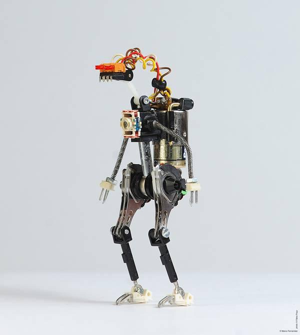project-r3bots-des-robots-realises-avec-des-elements-electroniques-recycles-02