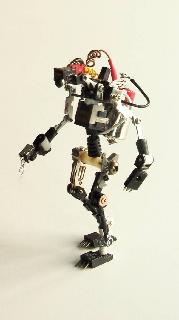 project-r3bots-des-robots-realises-avec-des-elements-electroniques-recycles-07