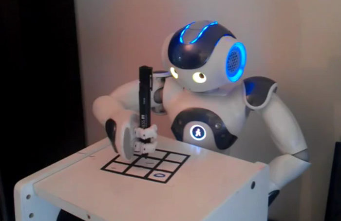 Un robot Nao qui joue au TicTacToe