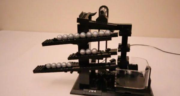 une-horloge-a-bille-fabrique-en-lego