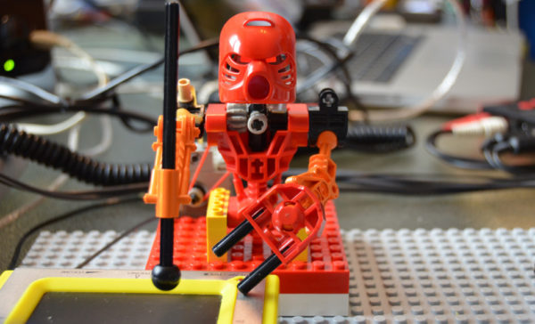 tao-mata-band-des-robots-lego-bionicle-assiste-par-arduino-qui-jouent-des-percussions