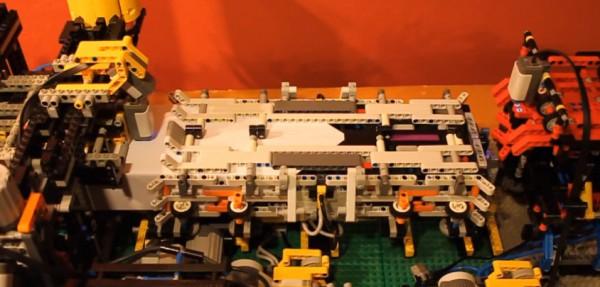 une-machine-en-lego-qui-plie-et-lance-des-avions-en-papier