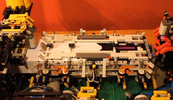 Une machine en LEGO qui plie et lance des avions en papier