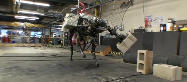 video-bigdog-attrape-et-jette-des-parpaings-de-beton