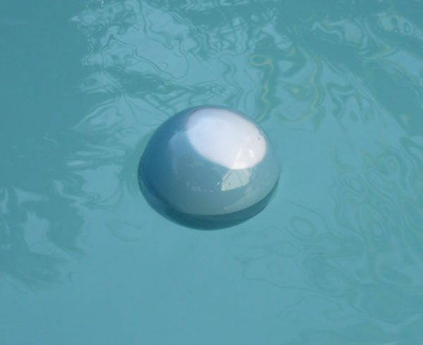 CelsiusBall flottant dans une piscine 600x490 DIY : CelsiusBall, un thermomètre flottant low cost