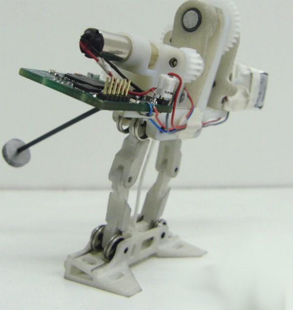 le-petit-robot-sauteur-sequipe-dune-queue-pour-ameliorer-sa-stabilite-02