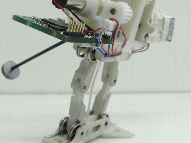 Le petit robot sauteur s'équipe d'une queue pour améliorer sa stabilité