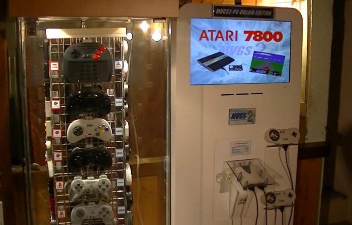 Une Borne Multi-Consoles de jeux jouable avec plus de 70 manettes de jeux