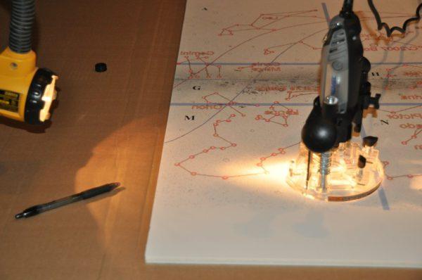 diy-fabriquer-un-poster-de-la-voie-lactee-eclaire-avec-de-la-fibre-optique-03